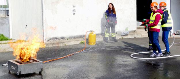 Zwei Teilnehmerinnen müssen bei der Übung der Feuerwehr einen Brand löschen. Foto: nh