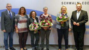 Fachbereichsleiter Dirk Siebert und Personalratsvorsitzende Marion Hänel mit Pia Beck, Angelika Nöll und Michaela Pabst sowie Landrat Winfried Becker (v.li.). Foto: nh