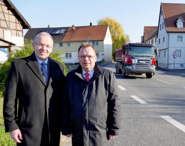 Bürgermeister Claus Steinmetz (li.) und Landrat Winfried Becker am Ortseingang Wabern-Hebel. Foto: nh