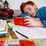 Das Smartphone sollte bei den Hausaufgaben eine Pause einlegen. Foto: © Studienkreis