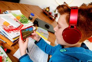 Mit dem Smartphone zocken ist während der Hausaufgaben keine gute Idee. Foto: © Studienkreis