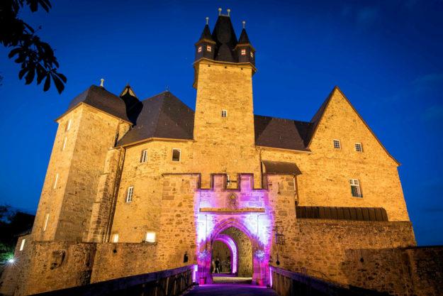 Eines der teilnehmenden Festungsbauwerke ist Schloss Spangenberg. Dort gibt es Ritterführungen, Brunnen, Katakomben, und ab 11.30 Uhr können die Gäste an einem ritterlichen Mahl im Innenhof teilnehmen. Foto: GrimmHeimat NordHessen