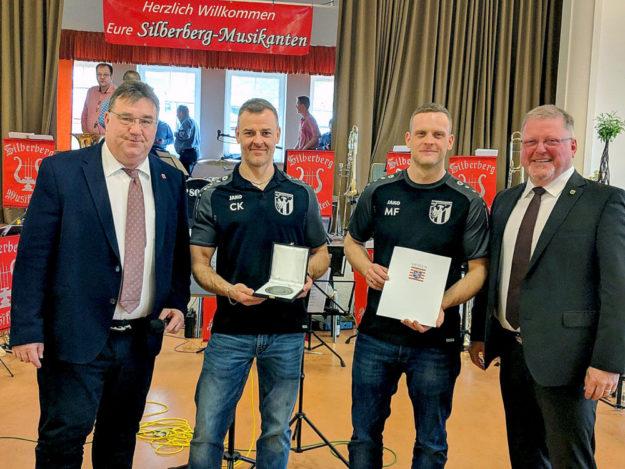 Staatssekretär Mark Weinmeister, Michael Itzenhäuser, Martin Friedrich (beide TSV 08 Schwarzenborn) sowie Bürgermeister Jürgen Liebermann (v.li.). Foto: Staatskanzlei