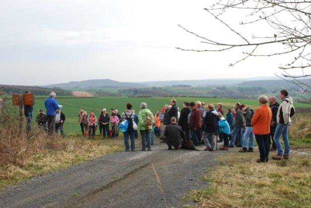 Eine Wandergruppe auf dem Weg zum Einschlagsort des Meteoriten von Treysa.