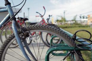 Ordentlich im Ständer abgestellt, aber leider nur ungenügend gesichert. Wie man es besser macht, steht in der Broschüre »Fahrräder richtig sichern«. Foto: E.R.Cardoso   Pixabay