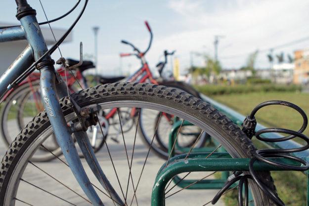 Ordentlich im Ständer abgestellt, aber leider nur ungenügend gesichert. Wie man es besser macht, steht in der Broschüre »Fahrräder richtig sichern«. Foto: E.R.Cardoso | Pixabay