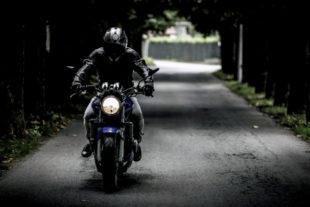 Motorradfahrer werden von andern Verkehrsteilnehmern leicht übersehen. Foto: SplitShire | Pixabay