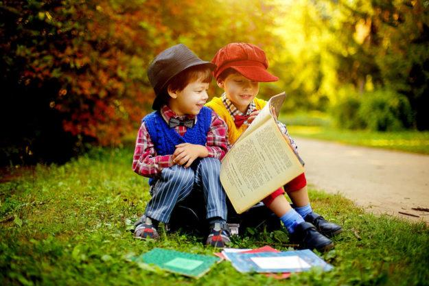 Lesen lernen soll Spaß machen, egal wo. Im Klassenzimmer will die Stiftung Kindergesundheit hiesigen Grundschulen unter die Arme greifen. Symbolfoto: Viktoria Borodinova | Pixabay
