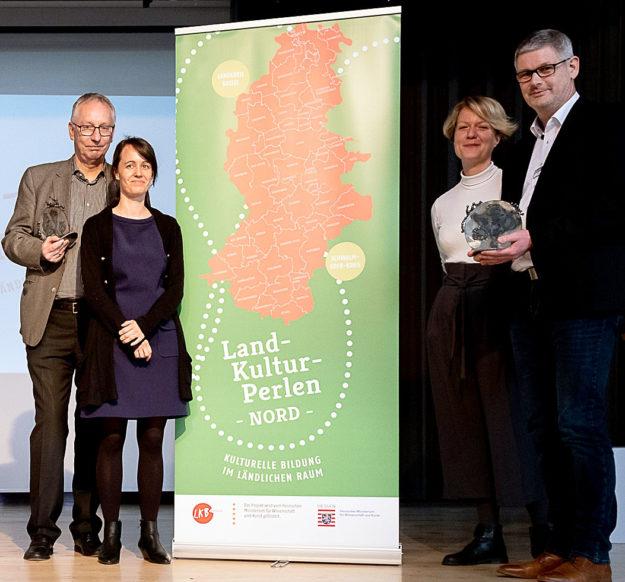 Von links: Harald Kühlborn vom Landkreis Kassel, Valerie Glock und Ann-Kathrin Schmidt vom Projekt »LandKulturPerlen« sowie Stephan Bürger vom Landkreis Schwalm-Eder bei der Übergabe und Aufnahme in das Projekt. Foto: nh