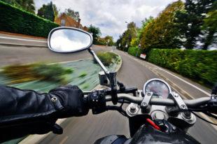 Flott unterwegs zu sein, heißt nicht automatisch: zu schnell. Trotzdem haben Motorradfahrer ein deutlich höheres Unfallrisiko. Foto: christels   Pixabay