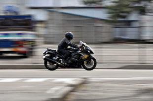 Viele Biker sind in dunkler Kleidung unterwegs, was ihre Sichtbarkeit für andere Verkehrsteilnehmer sehr erschwert. Foto: Santa3 | Pixabay