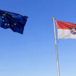 Die europäische und die hessische Fahne auf dem Dach des Mehr-Regionen-Hauses mit Hessischer Landesvertretung in Brüssel. Foto: © Wagner / Hessische Landesvertretung
