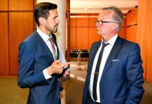 Fabian von Berlepsch (li.) am Rande der IHK Vollversammlung im Gespräch mit Busunternehmer Bernd Frölich (Frölich-Reisen GmbH, Hessisch Lichtenau). Foto: nh