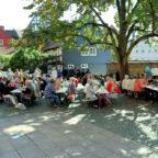 »Ein Tisch für alle« soll Leute untereinander ins Gespräch bringen und eine Gemeinschaft auf Zeit fördern. Foto: nh