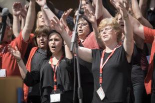 Gemeinschaftserlebnis: Teilnehmer/innen des Chor-Workshops beim Abschlusskonzert 2017. Foto: Paavo Blåfield