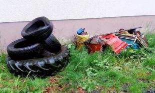 Eines der Arbeitsteams sammelgte mit Unterstützung der örtlichen Jagdpächter in der Gemarkung illegal entsorgten Müll ein: Auto- und Traktorenreifen, Rasenmäher, Plastikeimer, Silagefolien und mit Altöl gefüllte Ölkanister. Foto: nh