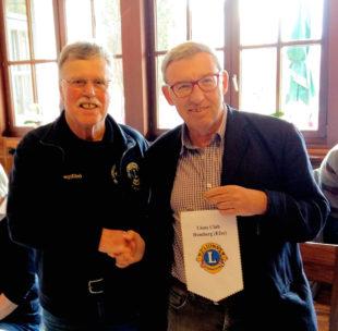 Der Homberger Heinz Marx überreicht den Clubwimpel an seinen Lionsfreund Dr. Reinhard Pohanka, Mödling. Foto: nh