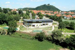 Reizvolle Lage: Das Terrano-Bad am Gudensberger Weinberg mit Blick auf Obern- und Wenigenburg. Foto: nh