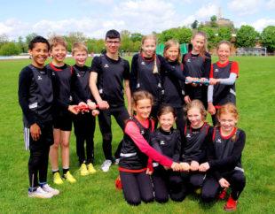 Am Staffellauf hatten die jungen Athletinnen und Athleten sichtlich Freude im Felsburg-Stadion. Foto: Bernd Feldmann