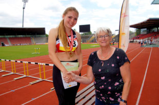 Franka Scheuer (li.) hat sich souverän den Titel geholt. Die Präsidentin des Leichtathletik-Verbandes, Anja Wolf-Blanke, gratuliert persönlich. Foto: nh