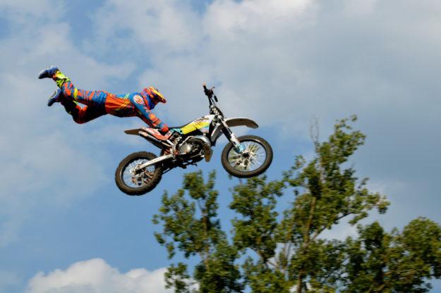 Zum Freestyle mit dem Cross-Bike gehört so manche Luftnummer. Foto: nh