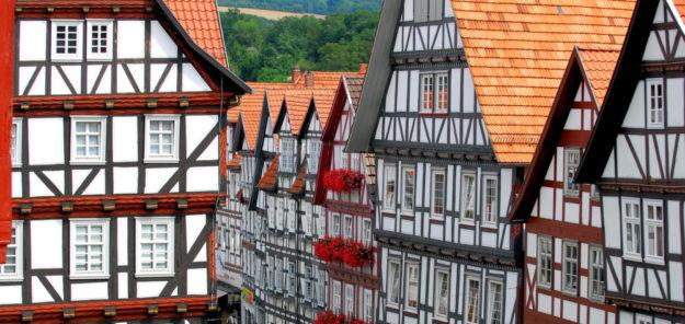Die Häuserzeile in der Brückenstraße als Beispiel für ein stimmig hergestelltes Fachwerkensemble. Foto: Tourist-Info Melsungen