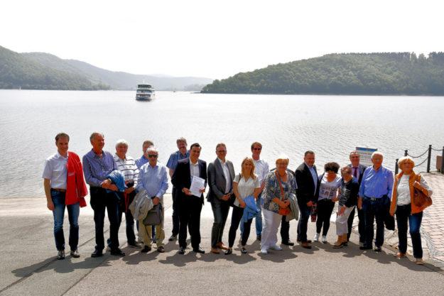 Probleme der Wasserwirtschaft diskutierten Vertreter aus Politik sowie Reise- und Gastrobranche bei einer Rundfahrt auf dem Edersee. Foto: FDP