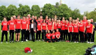 Die erfolgreichen Melsunger Leichtathleten mit ihrem neuen Trikot und dem Sponsor, Junior-Chef von HM - Haustechnik Melsungen, Sebastian Dietl. Foto: nh