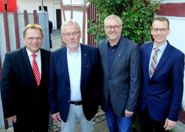 Von Links: Landrat Winfried Becker, Jörg-Harald Rode, Rolf Fröhlich und Bürgermeister Volker Steinmetz. Foto: nh