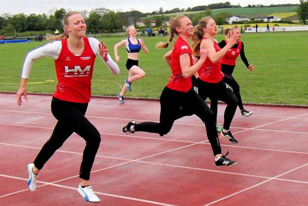 Einen ganz knappen Einlauf gab es über 100m, wo sich Ella Gleim gegen Kati Wagner und Nele Schmoll durchsezten konnte. Foto: nh