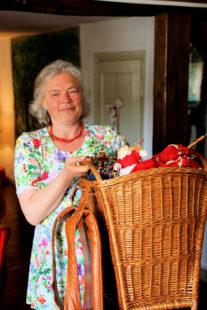 Gudrun Rathke mit einer Kiepe voller Rotkäppchenfiguren. Foto: nh