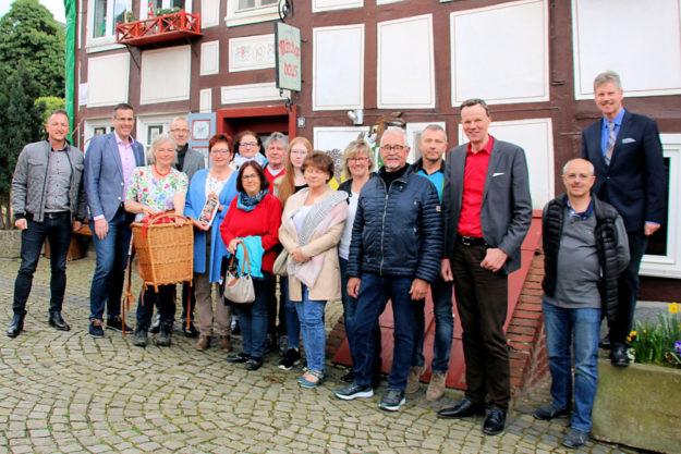 Die Protagonisten der Deutschen Märchenstraße und des Rotkäppchenlandes haben im Märchenhaus Neukirchen ihr neues Projekt »Erzählwanderung durch das Rotkäppchenland« vorgestellt. Foto: nh
