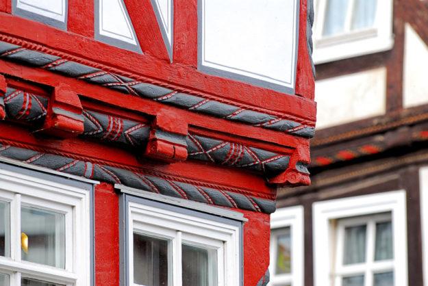 Traditionelles Fachwerk mit girlandenartigen Verzierungen. Foto: Tourist-Info Melsungen