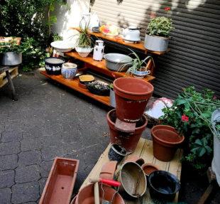Im Hinterhof wird so manches nützliches Schnäppchen bereit gehalten. Foto: nh