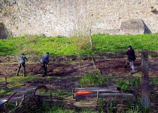 Die Saison im Garten unterhalb der Totenkirche hat begonnen. Foto: Arbeit und Bildung e.V.