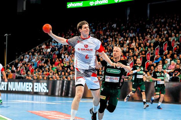 MT-Kapitän Finn Lemke wird attackiert von Morten Olsen – Kai Häfner, Lemkes künftiger Mannschaftskamerad (2. v. re.) ist zwar mit zurück gelaufen, kann aber nur noch zuschauen. Foto: Alibek Käsler