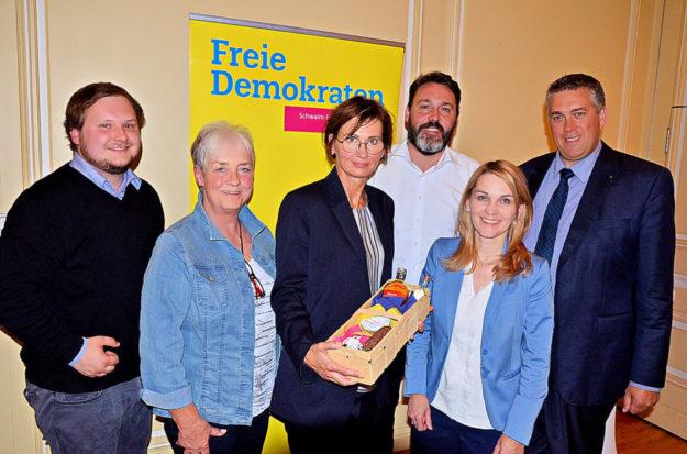 Lukas Stede, Marion Viereck, Bettina Stark-Watzinger, Alexander Katzung, Wiebke Knell und Nils Weigand (v.li.). Foto: FDP-Stadtverband