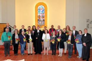 Gemeinsam mit Bischof Prof. Dr. Martin Hein feierten am Sonntag 19 Diakoninnen und Diakone in der Hephata-Kirche ihr Einsegnungsjubiläum. Foto: Hephata