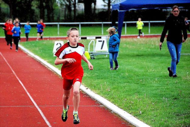 Jean Heilmann setzte sich mit einem großen Vorsprung im 800m-Lauf der U12 nach 2,46 Minuten souverän durch. Foto: nh