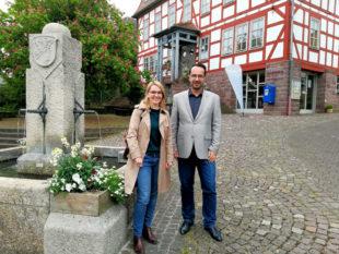 Wiebke Knell hat sich im Kurort Bad Zwesten bei Bürgermeister Michael Köhler über Heilbäder und Kuren informiert. Foto: nh