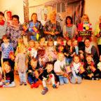 FDP-Landtagsabgeordnete Wiebke Knell mit Kindern und dem Erzieherinnenteam der Kita Villa Kunterbunt. Foto: nh