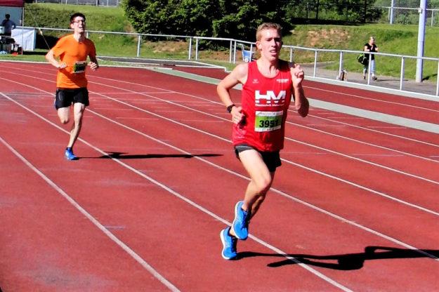 Lorenz Funck setzte sich in der Zielkurve von seinem Konkurrenzten Elias Jargon ab und siegte im 5km-Lauf der Männer. Foto: nh