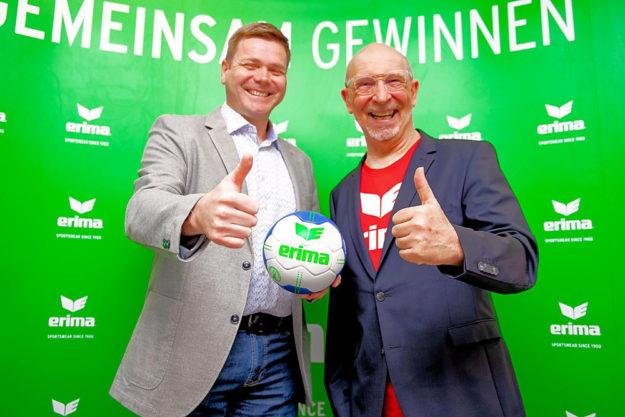 MT-Vorstand Axel Geerken (li.) und ERIMA-Inhaber Wolfram Mannherz blicken mit Vorfreude auf die künftige Zusammenarbeit. Foto: Alibek Käsler