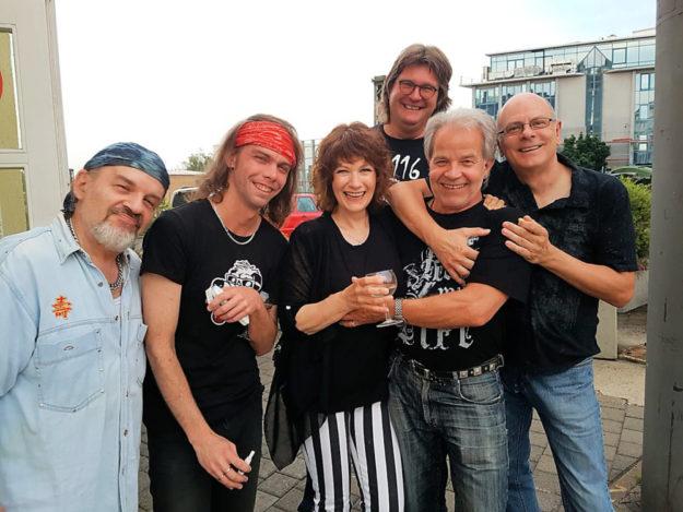 Die Mark-Prang-Band rockt den Bootsanleger. Foto: nh