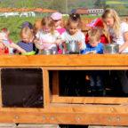 Aus Zufall entstanden und dennoch pädagogisch wertvoll: Die neue Matschküche der Kinder in Wernswig. Foto: nh
