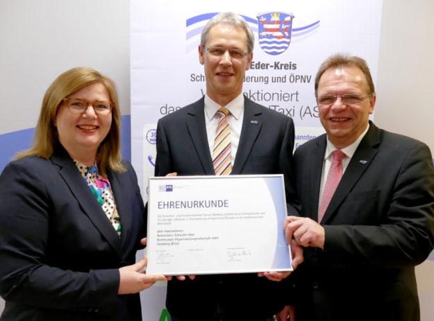 Milena Mikosch von der IHK, NSE-Geschäftsführer Mike Stämmler und Landrat Winfried Becker (v.li.). Foto: nh