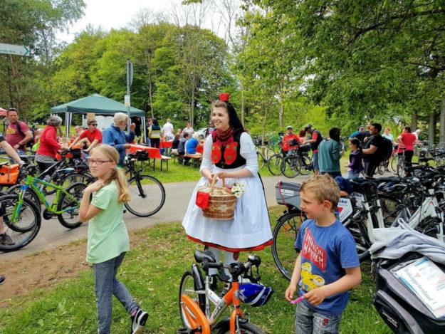 Radfahren und an vielen Stationen am vielseitigen Unterhaltungsprogramm teilnehmen – das bietet der Radspaß im Rotkäppchenland noch bis Oktober. Foto: nh