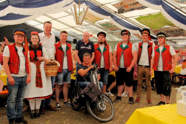 Auf  Radspaß im Rotkäppchenland lohnt sich dieses Jahr ein Abstecher nach Loshausen. Die Kirmesburschen freuen sich über jeden Besuchen. Foto: Tourist-Info Rotkäppchenland