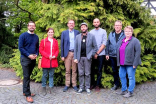 Gruppenbild vor der Shift GmbH (v.li.): Marcel Breidenstein (B90/Die Grünen), MdL Kaya Kinkel, MdL Mathias Wagner, Carsten und Samuel Waldeck (Shift GmbH), Lothar Deiß (B90/Die Grünen), Elke Emilius (B90/Die Grünen). Foto: nh
