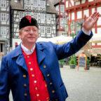 Stadtführer Volker Wiegand als Bartenwetzer. Foto: Tourist-Info